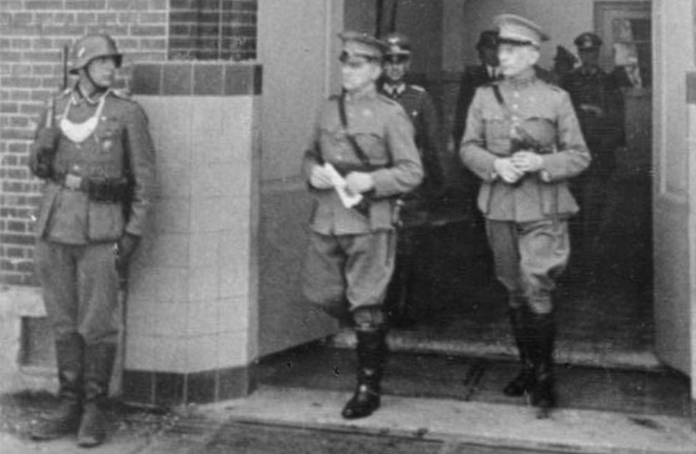 Nederland capituleert; zo'n dertig Duitse soldaten komen aan op Urk: het eiland is bezet