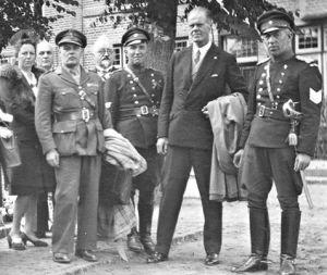 Urk 1947. Luitenant-kolonel Somers (links) en wachtmeester Beuvink uit Escharen (tweede ven links) bij het oorlogsmonument. Beuvink verschafte Bram en Piet Hoekman (afkomstig uit Urk) na hun geslaagde landing onderdak en was erbij toen Piet op 6 november 1943 door een Duitser werd doodgeschoten.