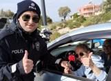 Çeşme Polisinden Kadınlara Çiçek
