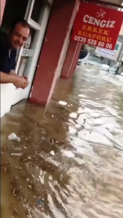 Dükkan Ve Araçlar Sular Altında Kaldı
