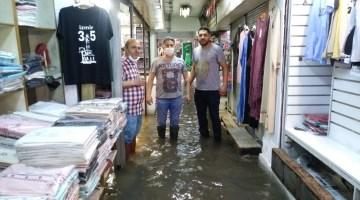 İzmir'de Yağış Hayatı Felç Etti, Caddeler Göle Döndü