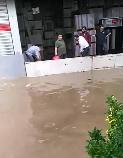 Sağanak Yağış, Dakikalar İçerisinde İzmirde Hayatı Felç Etti