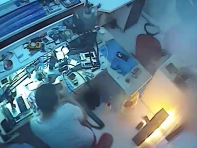Cep Telefonu Bataryası Bomba Gibi Patladı