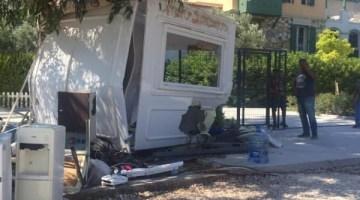 Otomobil Güvenlik Kulübesine Daldı, Görevli Ölümden Döndü