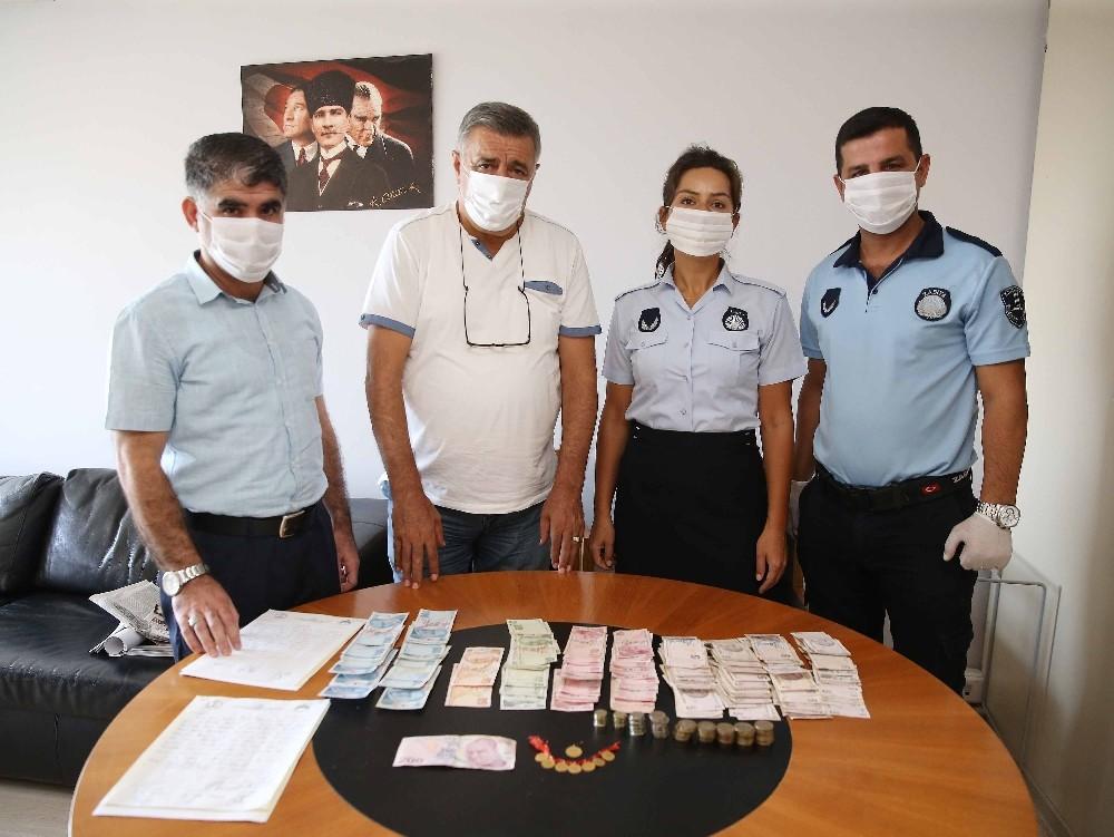 İzmirde Dilencinin Üzerinden 8 Altın Ve 4 Bin Lira Para Çıktı