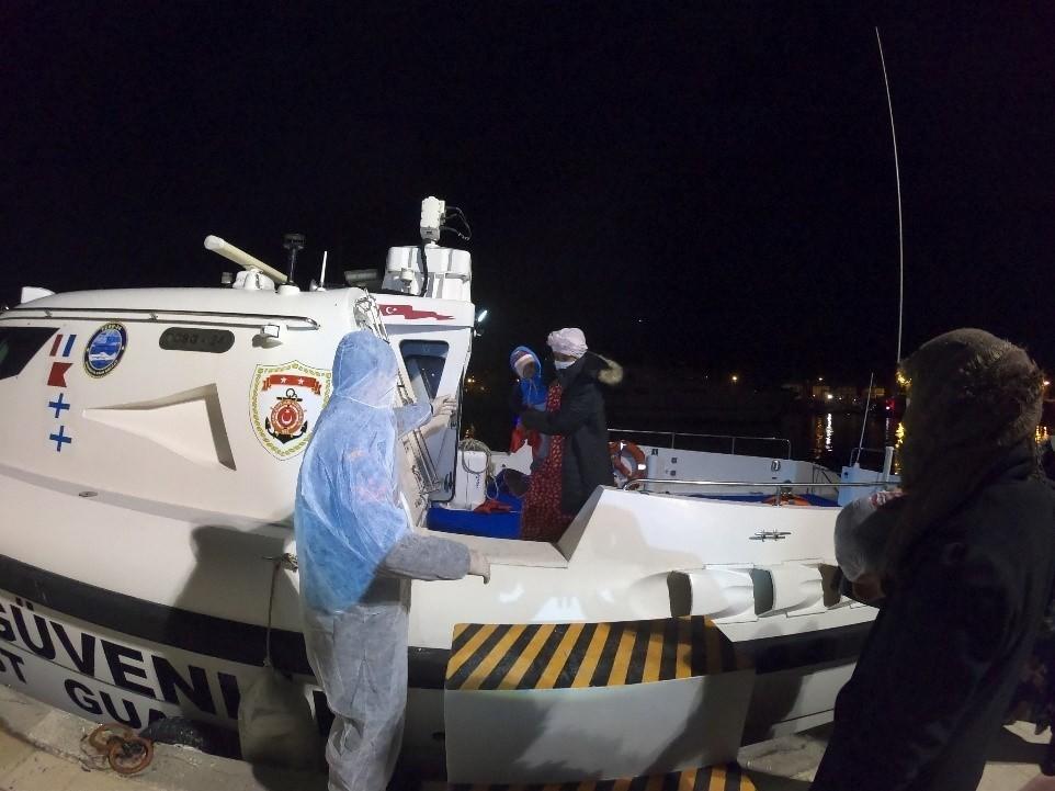 İzmir Açıklarında 37 Düzensiz Göçmen Kurtarıldı
