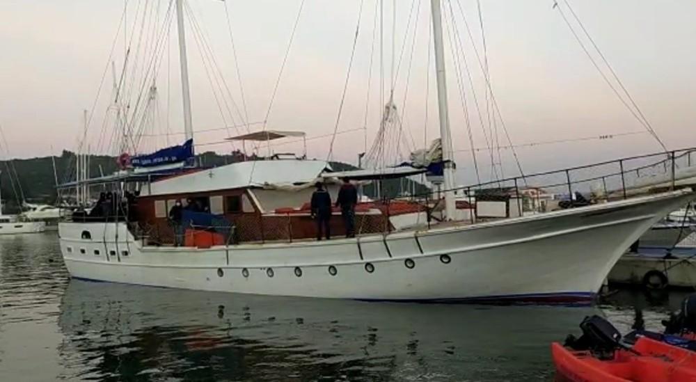 İzmirde 175 Düzensiz Göçmen İle 1 Göçmen Kaçakçısı Yakalandı