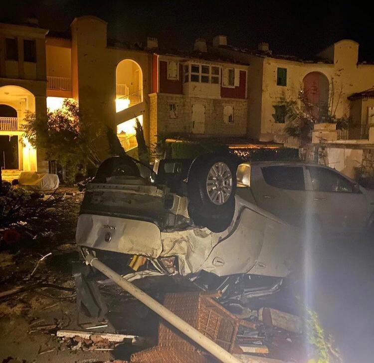İzmir'in Çeşme İlçesi Alaçatı Bölgesinde Hortum Çıktığı, 5 Kişinin Yaralandığı Belirtiliyor.