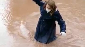 Sağlık Çalışanı Hastaya Müdahale Etmek İçin Beline Kadar Suya Girdi