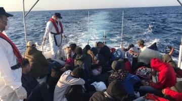 Urla ve Çeşme açıklarında 122 düzensiz göçmen ve 2 göçmen kaçakçısı yakalandı