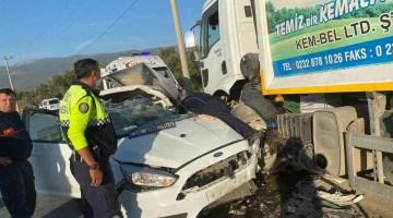İzmir'de çöp kamyonu ile otomobil çarpıştı: 1 yaralı