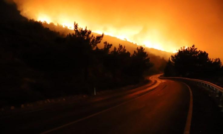 İzmirdeki Yangın Büyüyor…siteler Boşaltıldı