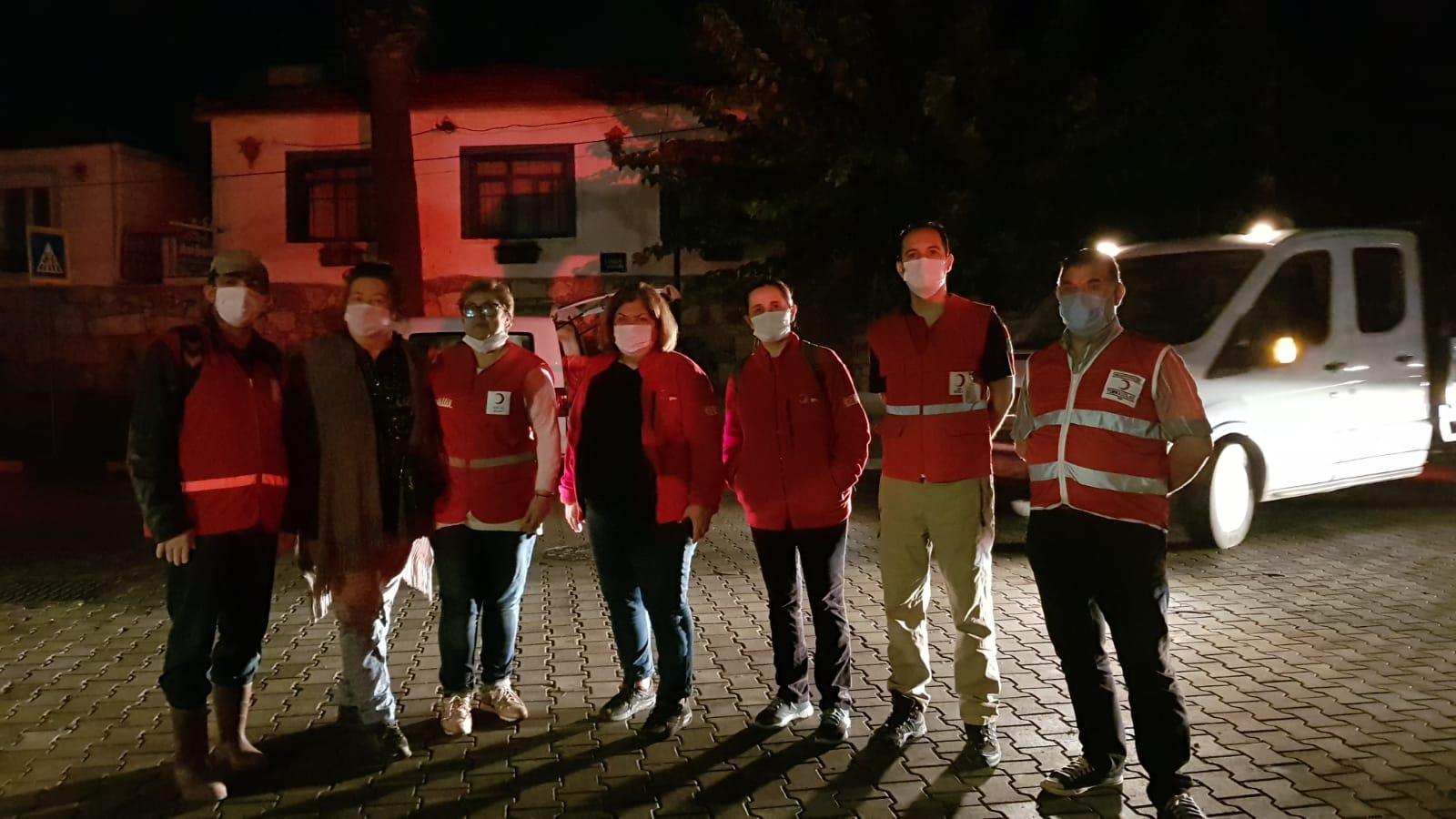 Urla Kızılay Şube Başkanı Nurgül Saltık ve ekibi depremzedelere yardıma koştu