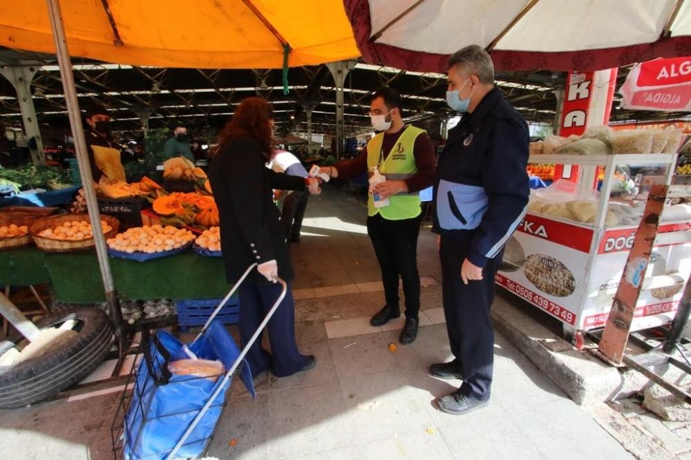 Bayraklı'da Zabıtalardan Pazar Yerlerine Sıkı Korona Virüsü Denetimi