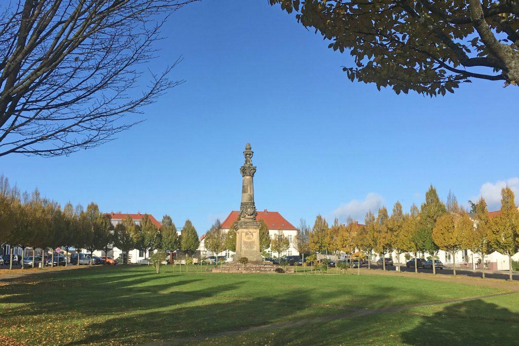 """Der """"Circus"""" ist der Prunkpatz von Putbus. Um ihn herum reihen sich kreisförmig weiße Häuser - Rügen"""