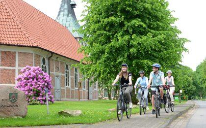 """Auf dem """"Mönchsweg"""" passieren die Radfahrer über 100 Kirchen, unter anderem die Fachwerkkirche St. Marien in Großenwörden im niedersächsischen Landkreis Stade aus dem Jahr 1636."""