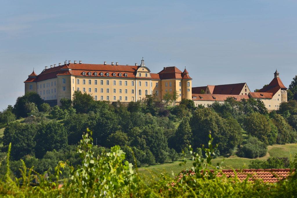 Ellwangen ist bekannt für seine zahlreichen Bau- und Kunstschätze wie das über der Stadt thronende fürstpröpstliche Schloss.