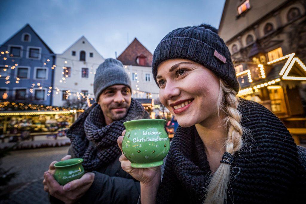 Beim Weidener Christkindlmarkt in dr Oberpfalz kann man auf dem Marktplatz ganz entspannt die vorweihnachtliche Atmosphäre genießen.