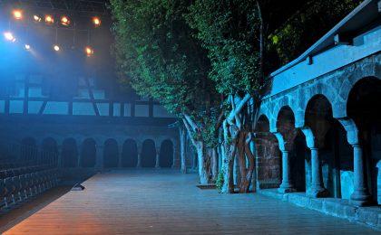 Vor dem historischen Kreuzgang in Feuchtwangen werden Schauspiele faszinierend in Szene gesetzt.
