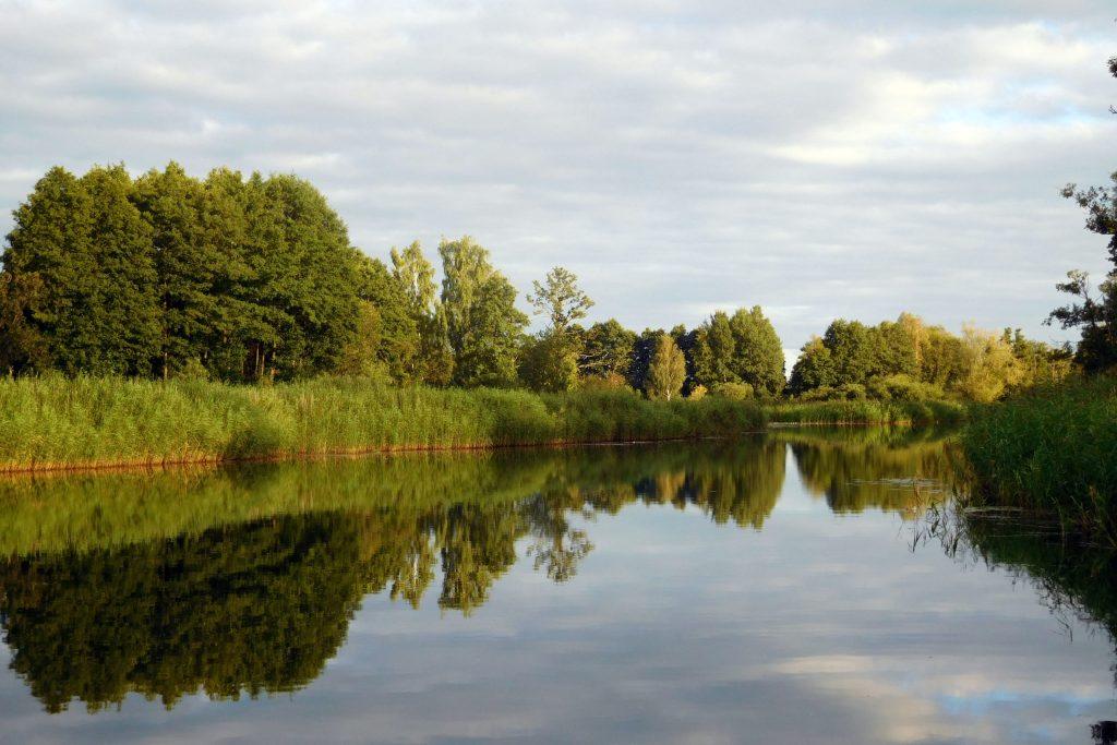 Idylle: Jenseits der Haff-Küste laden Flüsse und Kanäle zum Paddeln oder zu Floßfahrten ein.