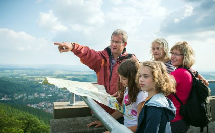 Auf dem Bismarckturm am Harzer Baudensteig reicht die Aussicht weit ins südliche Harzvorland.