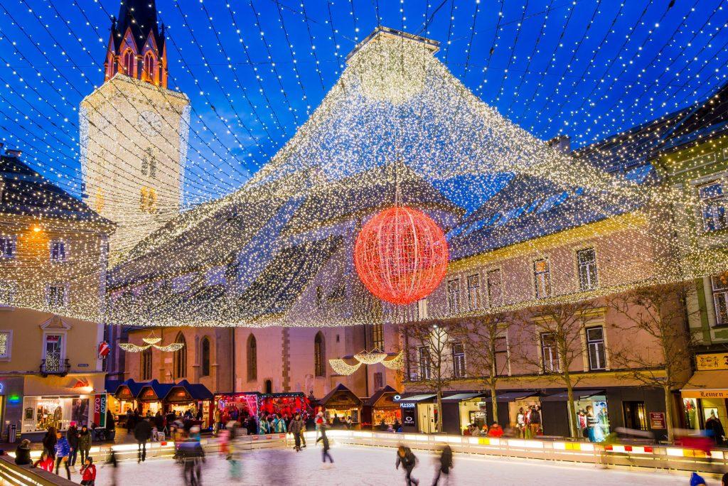 Besonders beliebt bei kleinen und großen Eisläufern ist die Schlittschuhfläche am Rathausplatz. Unter einem lichtergeschmückten Baldachin ziehen sie hier Kurve um Kurve.