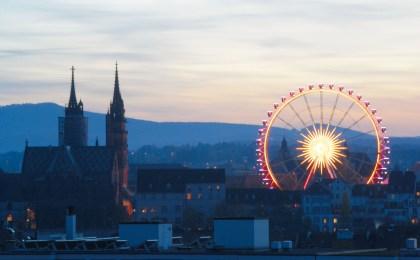 Sichtbares Wahrzeichen der Herbstmesse in Basel ist das Riesenrad auf dem Münsterplatz.