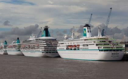 Beim Vierfachanlauf der Phoenix-Schiffe liegen mehr als 800 Meter Luxus-Schiffskörper hintereinander an der Kaje.