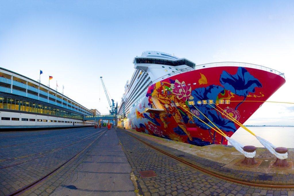 """Kunst am Schiff: Nicht alle Luxusliner strahlen in Weiß, manche - wie etwa die """"Genting Dream """" - prunken mit bunten Farben und künstlerischen Motiven."""