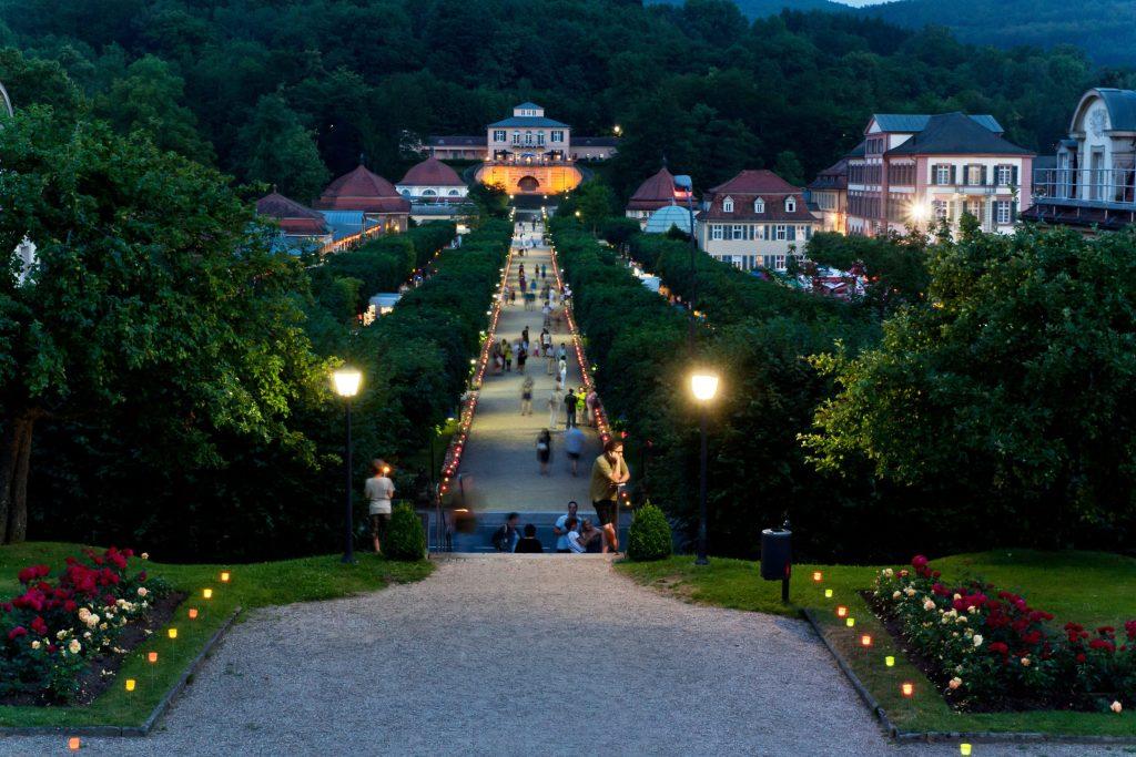 """Bei den """"Festen der 1000 Lichter"""" wird der Park hinter der Wandelhalle von Bad Brückenau romantisch beleuchtet - Badeorte der Bayerischen Rhön"""