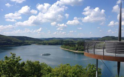 """Die Aussichtsplattform """"Biggeblick"""" bietet einen weiten Ausblick über den Biggesee und den Naturpark Sauerland-Rothaargebirge."""