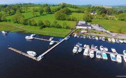 Blick von oben auf eine Hausboot-Vermietstation: Der Urlaub muss aber nicht in derselben Mietstation beginnen und enden, das sorgt für die nötige Flexibilität.