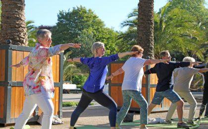 Mit Yoga unter Palmen in den neuen Tag starten: Dieses Angebot im Kurpark von Bad Pyrmont ist besonders beliebt.