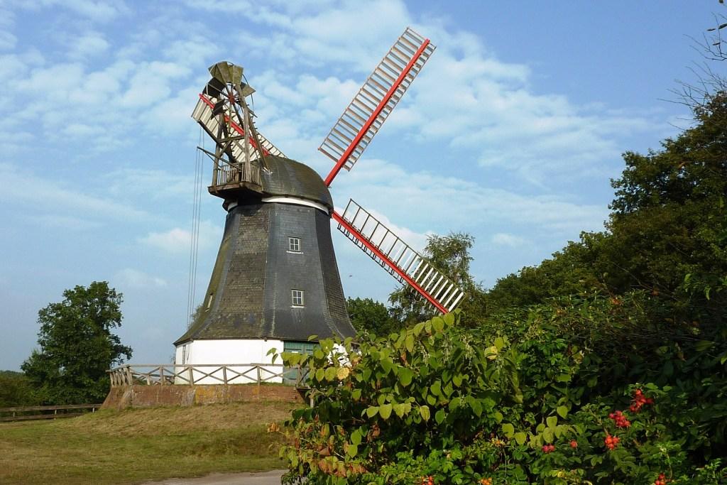 Die Worpsweder Mühle ist eines der Wahrzeichen des Teufelsmoors. Nach aufwendiger Restaurierung ist sie wieder voll funktionstüchtig und bei günstigem Wind drehen sich ihre Flügel wie in alter Zeit.