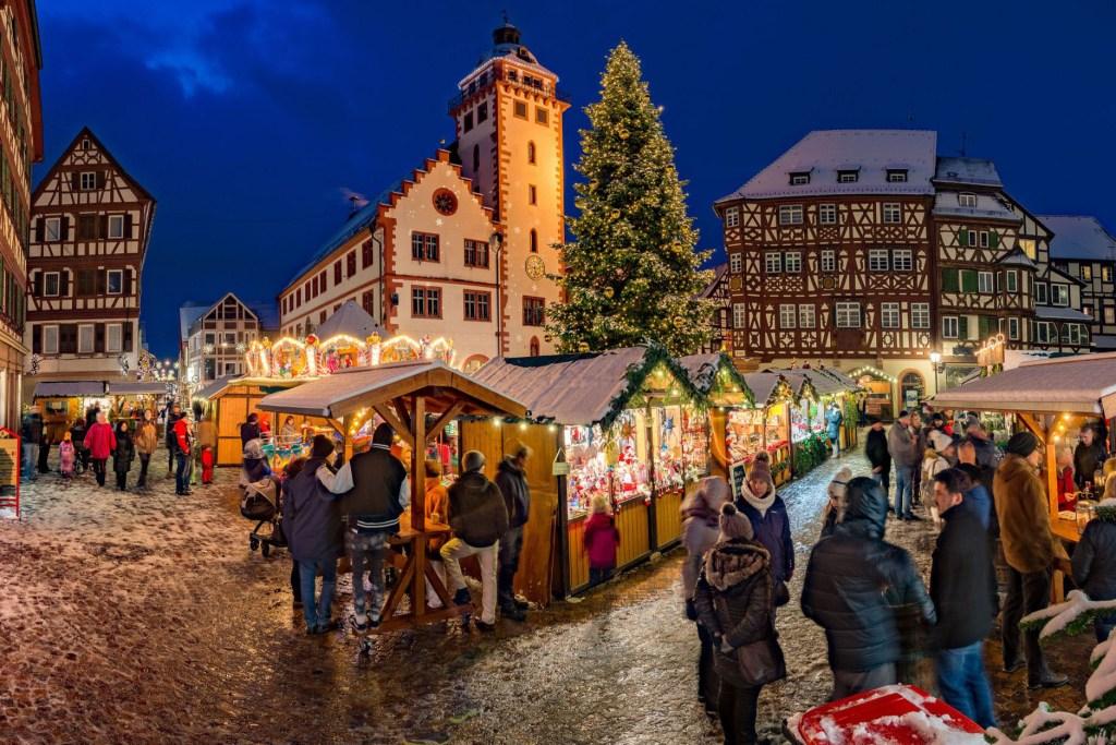 Die Weihnachtsmärkte in den über 100 Städten der Deutschen Fachwerkstraße - hier Mosbach - umgibt ein wahrer Fachwerkzauber, der für ein malerisches Ambiente sorgt.