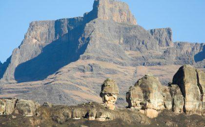 Schroffe Bergketten und interessante Felsformationen kennzeichnen die Drakensberge. Im Vordergrund: The Policemann's Helmet (der Polizeihelm).