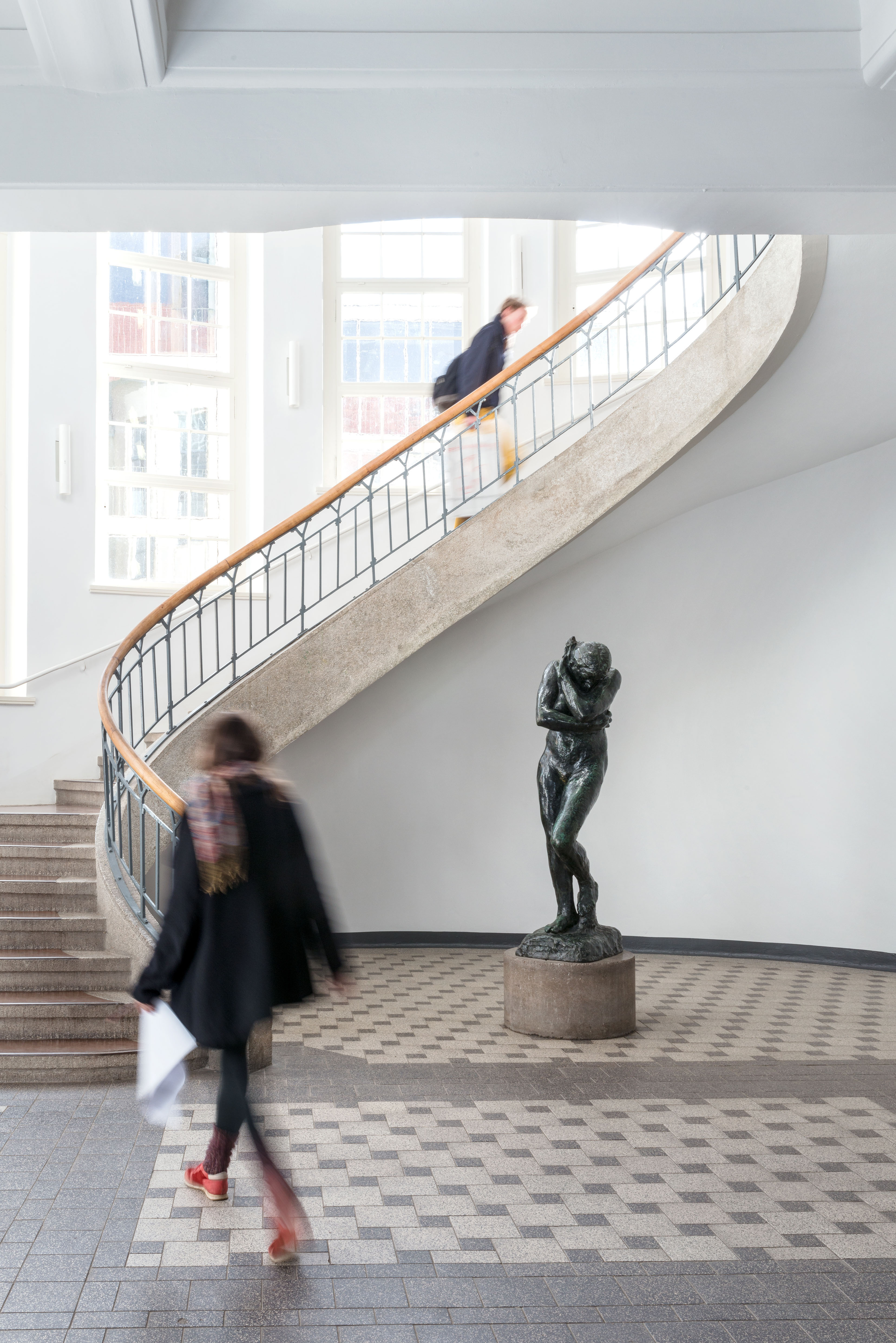 """Die Treppe in der Weimarer Bauhaus-Universität schwingt sich über Rodins Skulptur """"Eva"""" empor."""