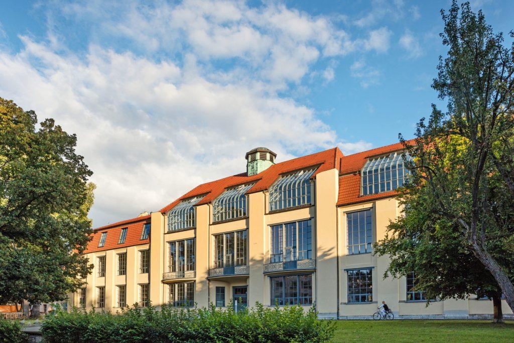 Gekrümmte Fensterscheiben lassen viel Licht in die Ateliers im Obergeschoss der Bauhaus-Universität - Weimar feiert