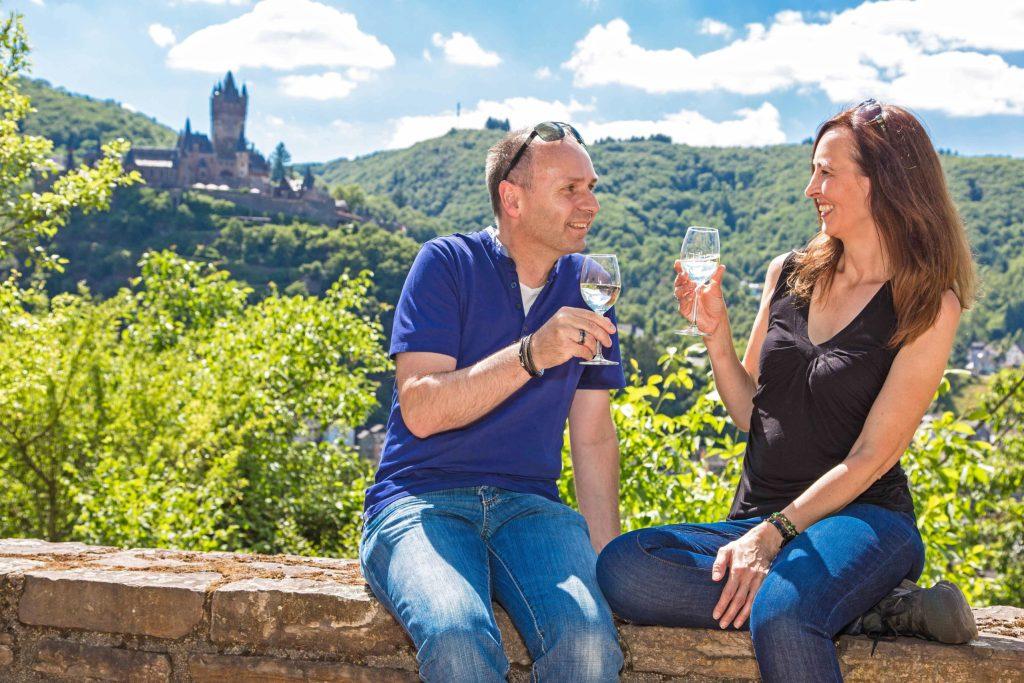 Guter Tropfen: Weingenuss prägt die Ferienregion Cochem. Aber auch klassischer Musikgenuss und ein romantischer Rahmen vereinen sich etwa beim Cochemer Klaviersommer oder beim Moselmusikfestival in der Klosterruine Stuben unterhalb des Calmont - der steilste Weinberg in Europa.