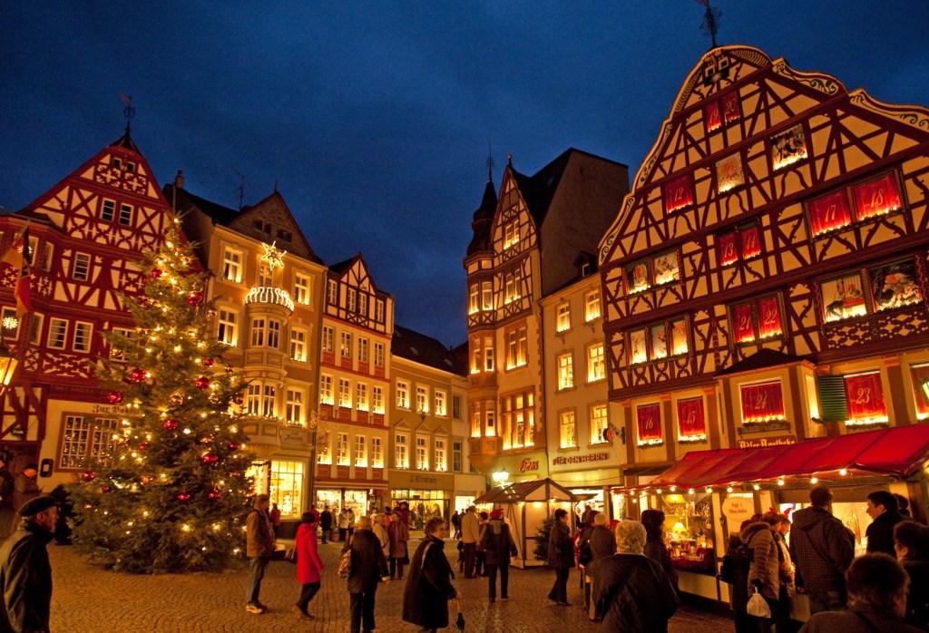 Prächtige Fachwerkkulisse: Seit Jahren ist der Weihnachtsmarkt in der schmucken Altstadt von Bernkastel-Kues ein Besuchermagnet - Außergewöhnliche Weihnachtsmärkte