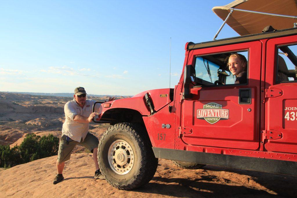 Extra Abenteuer wie eine Hummer-Jeepsafari im Westen der USA sorgen für einen Adrenalin Kick im Familienurlaub.
