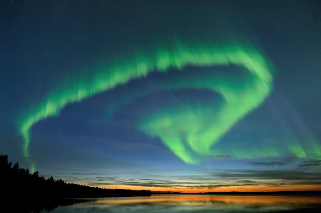 Im Winter kann man das magische Polarlicht am besten beobachten. Bis in den März hinein ist es in etwa jeder zweiten Nacht zu sehen, der Himmel muss nur klar und es muss genügend dunkel sein.