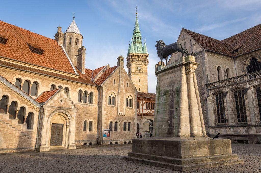 Auf dem Platz vor der Burg Dankwarderode in Braunschweig steht das eherne Löwen-Denkmal - Braunschweiger Land