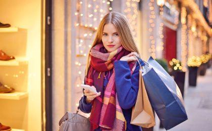 Beim Weihnachtsshopping in Nicht-EU-Ländern können sich Urlauber die Mehrwertsteuer zurückerstatten lassen. Dabei gibt es allerdings einige Tipps und Vorschriften zu beachten.