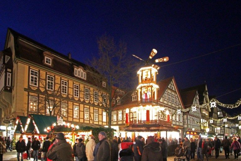 In der Celler Altstadt erwartet Besucher eine 14 Meter hohe Weihnachtspyramide.