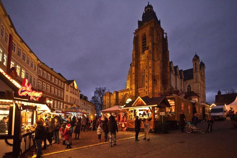 Neben dem Weihnachtsdorf auf dem Domplatz gibt es in Wetzlar auch ein Adventsdorf am Schillerplatz mit historischer Handwerkskunst.