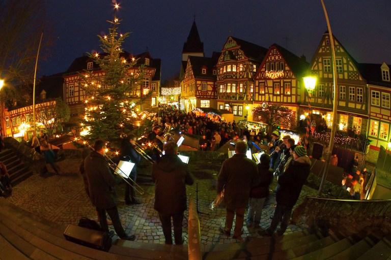 In vielen der rund 100 Städte an der Deutschen Fachwerkstraße gibt es stimmungsvolle Weihnachtsmärkte, zum Beispiel im hessischen Idstein.
