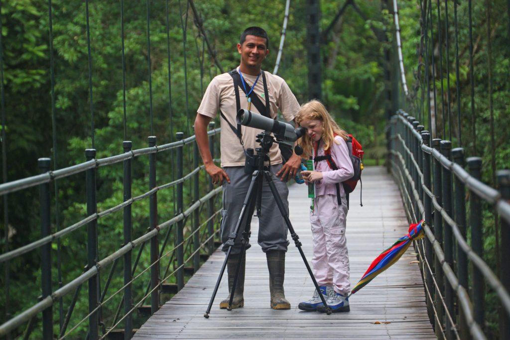 Bunte Pflanzen und Tiere, rauchende Vulkane und viel Dschungel: In den 40 Nationalparks von Costa Rica gibt es viel zu entdecken.