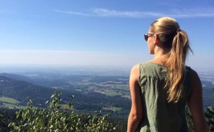 Frau geniesst den Blick über das Deggendorfer Land