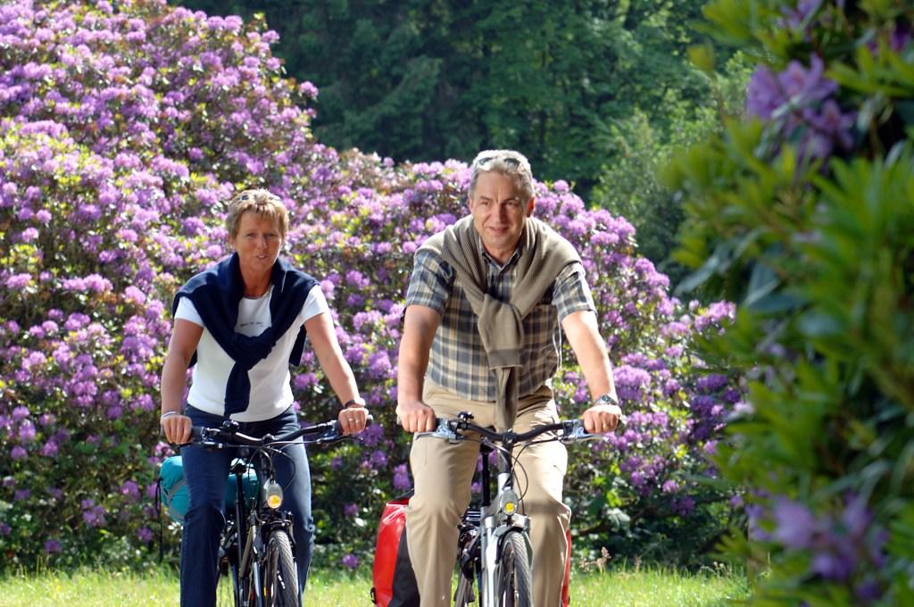 Paar radelt durch Blüten - Radeln rund um Oldenburg